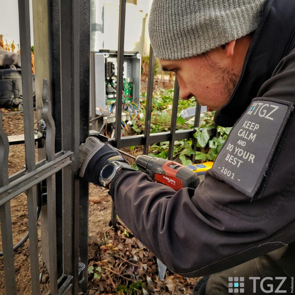 Instalacja siłowników bramy wjazdowej z modułem GSM