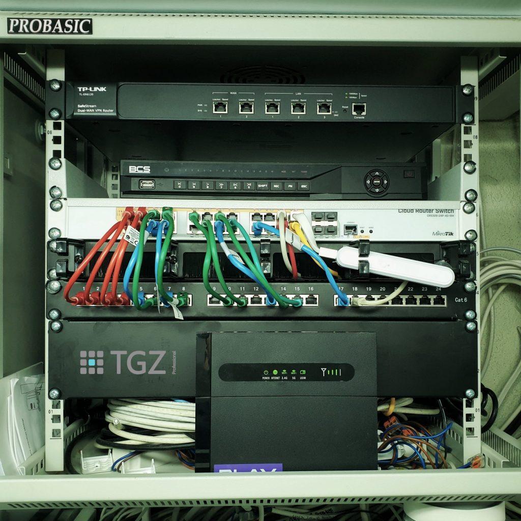 Szafa RACK systemu monitoringu CCTV oraz dostępu do sieci Internet - uporządkowana przez TGZ Professional